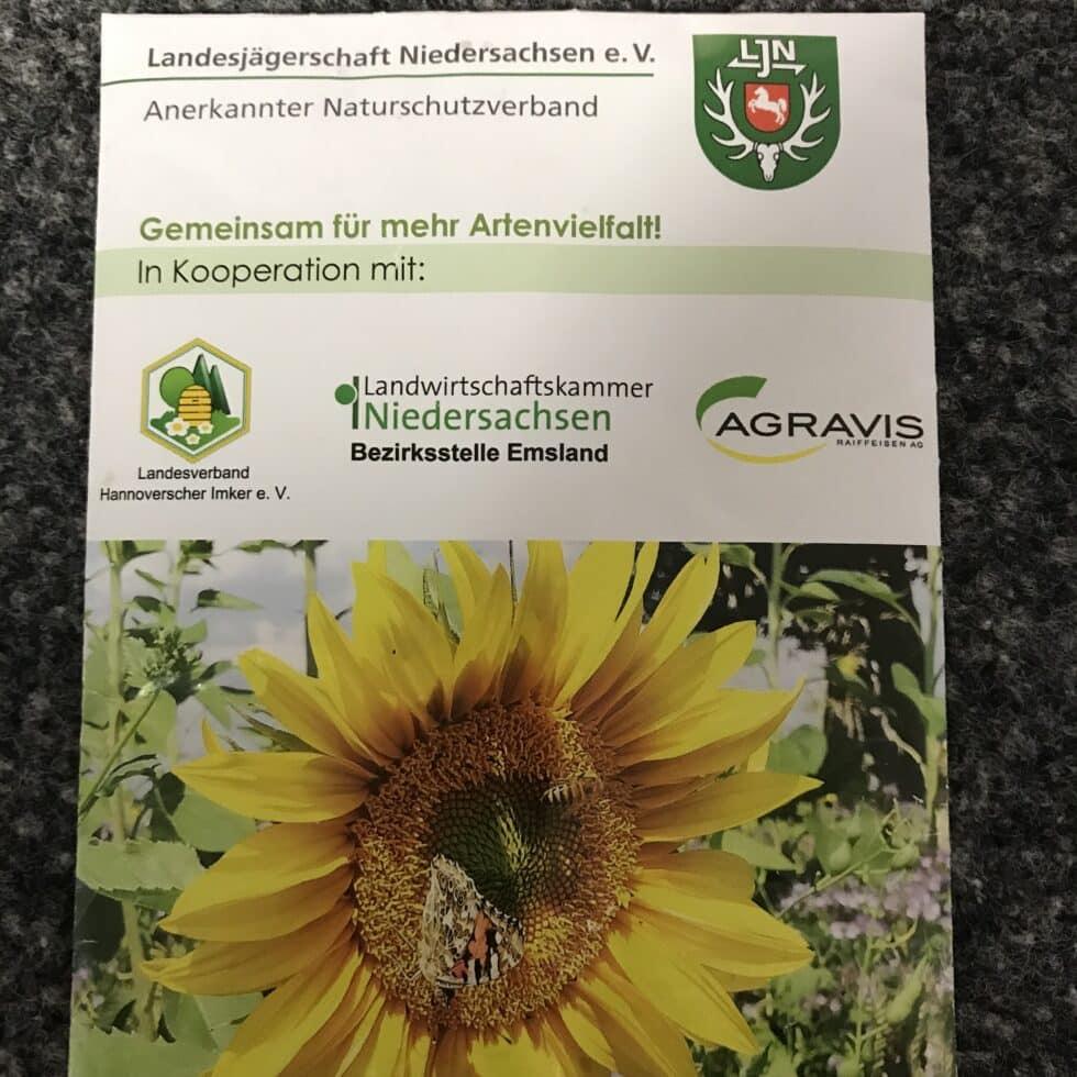 Saatguttüten mit der AGRAVIS Blühmischung Honigbrache EU